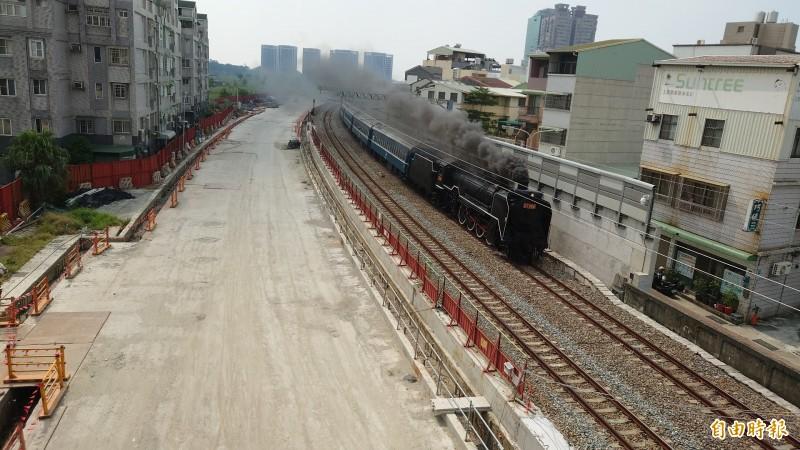 「蒸汽火車之王」冒煙奔馳台南市區 鐵道迷嗨翻
