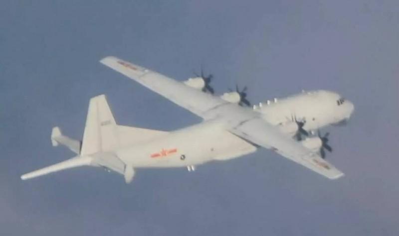 空軍今晚公布所拍攝到今天下午進入我西南空域的運8反潛機照片。(國防部提供)