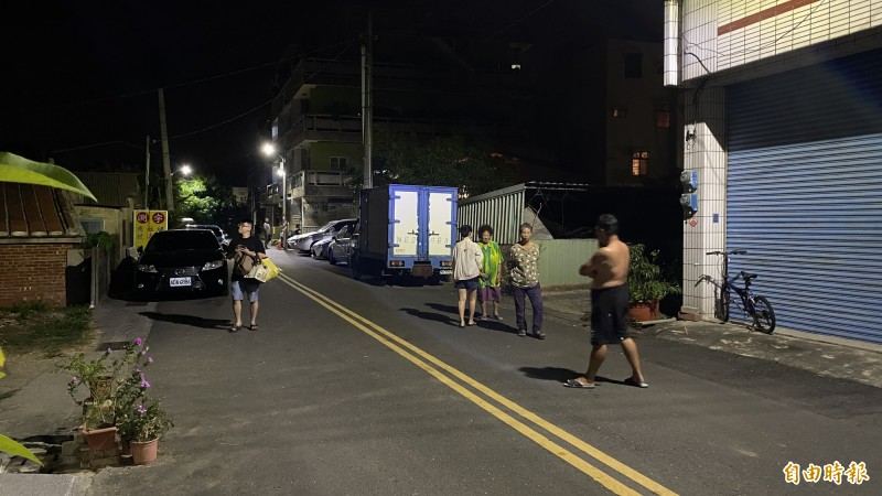 台南市溪北居民被嚇到,許多人跑出戶外安全處。(記者楊金城攝)