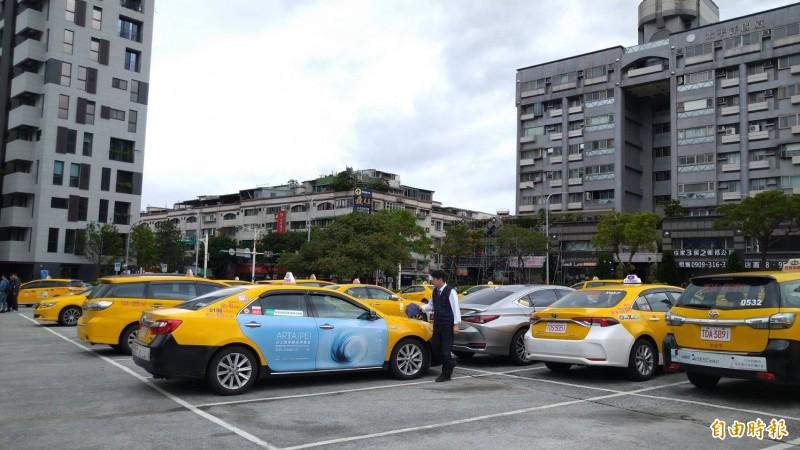有計程車司機提議,公有停車場免費停1小時的政策可以延長時間,並擴大範圍到路邊停車格。圖為大直計程車服務站。(記者蔡亞樺攝)