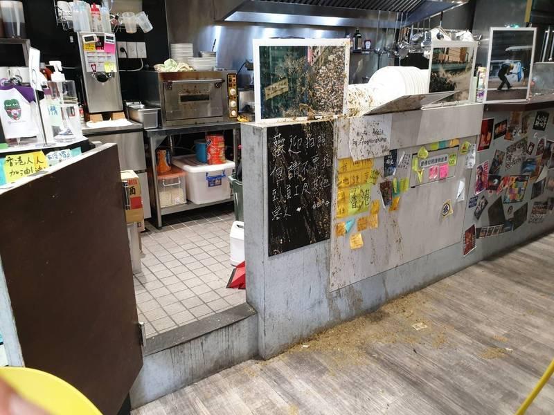 港人庇護所「保護傘」餐廳,16日突遭一名蒙面年子闖入潑雞屎。(資料照,記者翻攝)