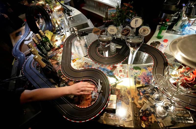 據報導,這些賽車跑道是一名員工在家裡發現的收藏。(路透)☆飲酒過量  有害健康  禁止酒駕☆