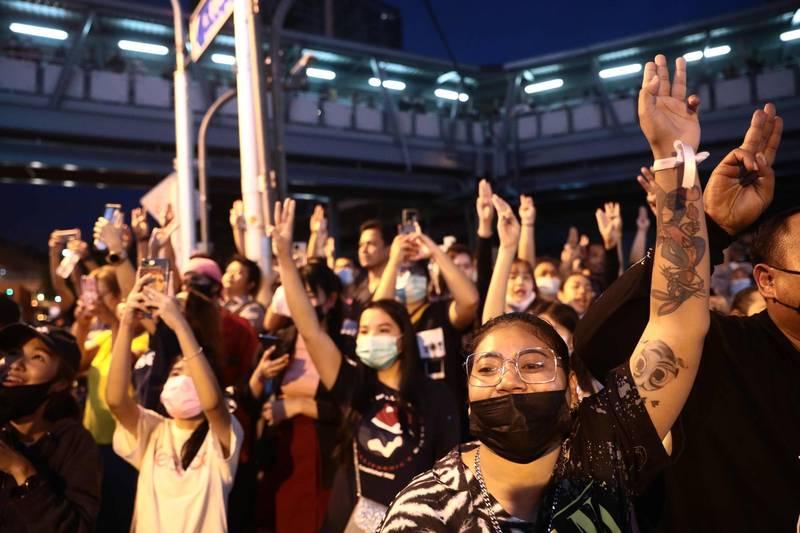 泰國政府關閉曼谷地鐵站 示威者無視警告仍上街抗議