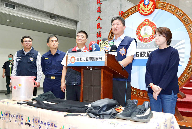 From left, Taipei City Police Department Criminal Investigation Department Director Chen Ming-jun, Daan Precinct Director Wang Hsu-chang, Taipei City Police Department Deputy Commissioner Lu Chun-chang, Daan Precinct Investigation Team Leader Hsieh Chih-hsin and Taipei Deputy Mayor Vivian Huang hold a news conference in Taipei yesterday to address a chicken feces attack on the Aegis eatery. Photo: CNA