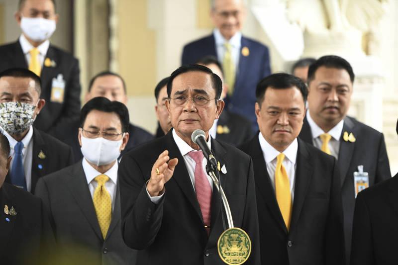 泰國示威要求政府下台,總理帕拉育16日拒絕請辭,反問「我做錯了什麼」。(美聯社)
