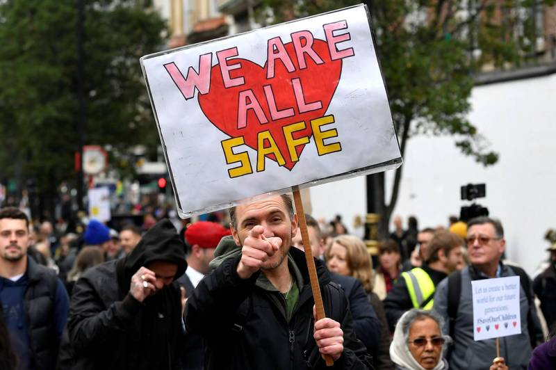 疫情嚴重,政府17日將倫敦升至二級警戒,部分民眾卻上街表達不滿,他們認為現在的倫敦很安全,不需要進行宵禁令,更與警方爆發衝突。(路透)