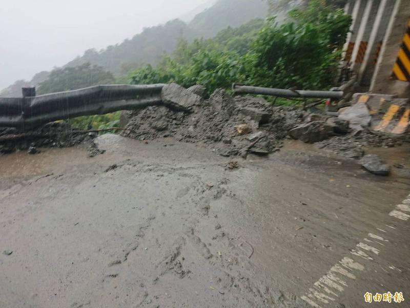 近期宜蘭連日大雨,導致邊坡土石鬆滑,台9丁線蘇花公路39.5公里昨日凌晨1點46分,已發生落石坍方。(資料照)
