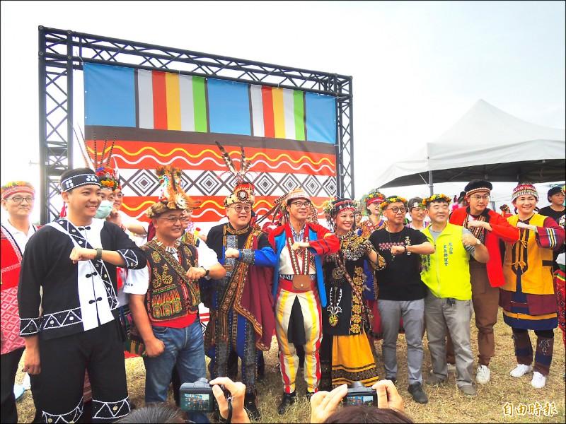 高雄市長陳其邁(左四)率局處首長換穿16族原民服飾參加聯合豐年節。(記者王榮祥攝)