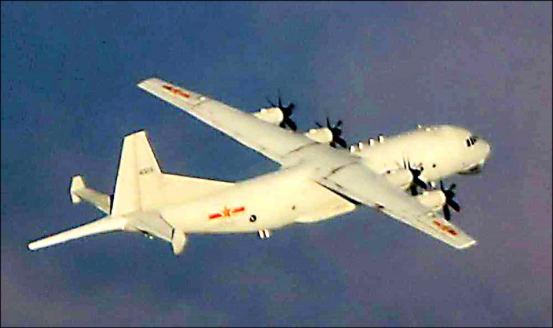 共軍一架運八反潛機昨天下午進入台灣西南空域,國防部官網「即時軍情動態」昨晚公布照片。(國防部提供)