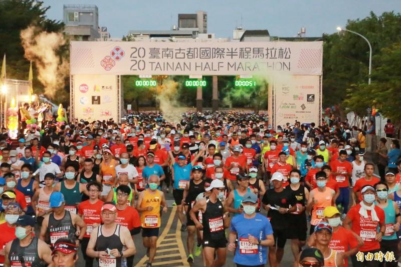 台南古都馬清晨鳴槍起跑 1萬5千跑者戴口罩出發