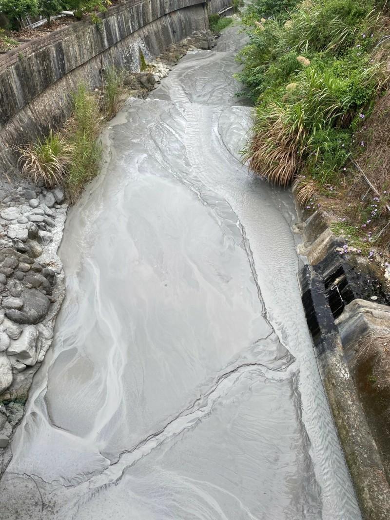 關子嶺寶泉橋溫泉露頭大噴發,大量流入溪中。(圖由李永睿提供)