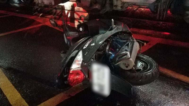 廖姓騎士撞火車受傷倒地,被送往醫院急救,所幸意識清楚。(記者李容萍翻攝)