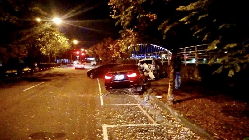 凌志轎車失控自撞路邊休旅車,休旅車再撞上另輛自小客。(民眾提供)