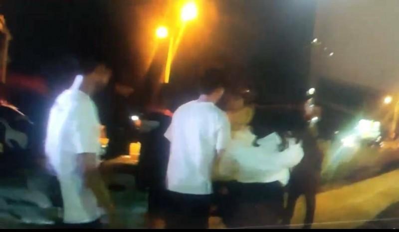 苗栗音樂餐廳新開幕1桌客人掉酒杯釀衝突,警方到場勸離。(記者蔡政珉翻攝)