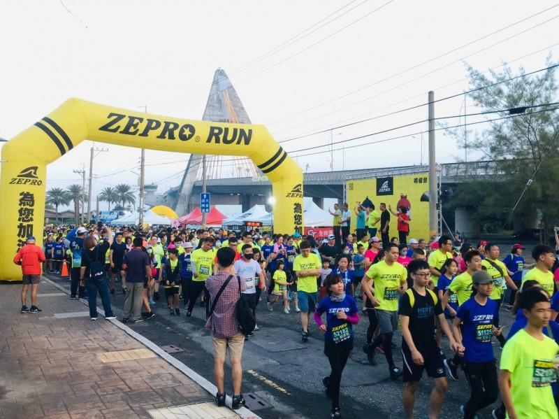 「ZEPRORUN」全國半程馬拉松在大鵬灣舉行,吸引5100跑友參加。(記者葉永騫翻攝)