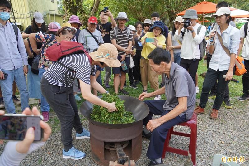 90歲老茶農,過往經驗靠著「鐵沙掌」手炒茶,在市集中也能和遊客分享。(記者許麗娟翻攝)