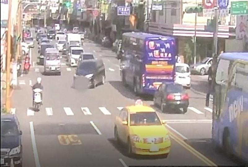 車內(圖中黑色休旅車)幼兒呈休克狀態,大溪警用機車(左前機車)一路開道協助就醫。(記者李容萍翻攝)