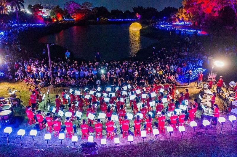 嘉義市北香湖公園的光織影舞上演管樂表演還有無人機升空秀。(嘉義市政府提供)