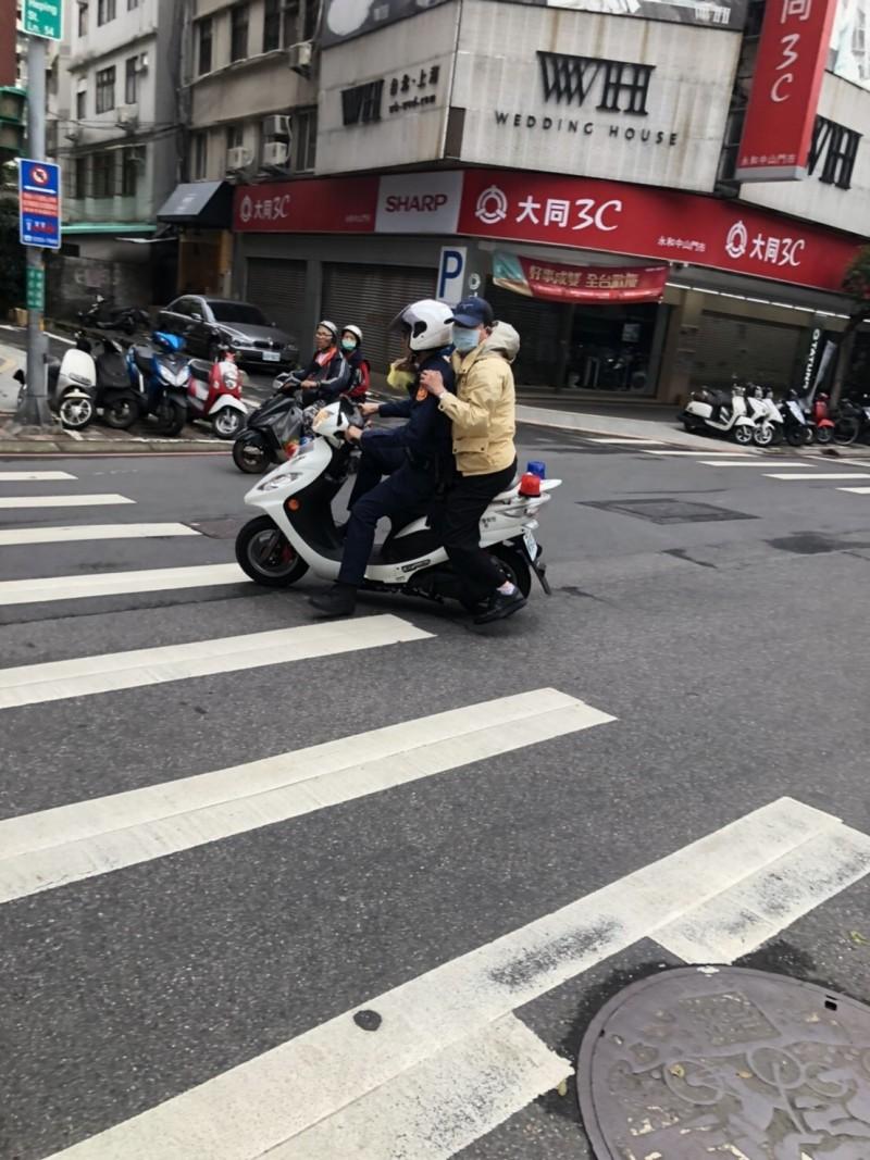 吳姓醫師坐上警方機車,10分鐘路程大縮短成2分鐘。(記者徐聖倫翻攝)