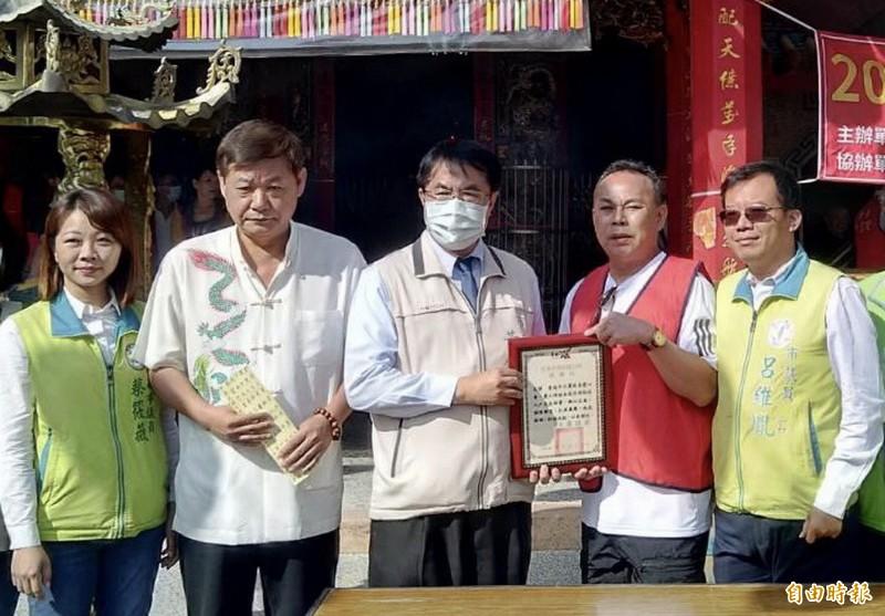 市長黃偉哲(中)頒發感謝狀,哲感謝天靈慈善會愛心物資捐贈及呂維胤和林俊憲的大力促成。(記者蔡文居攝)