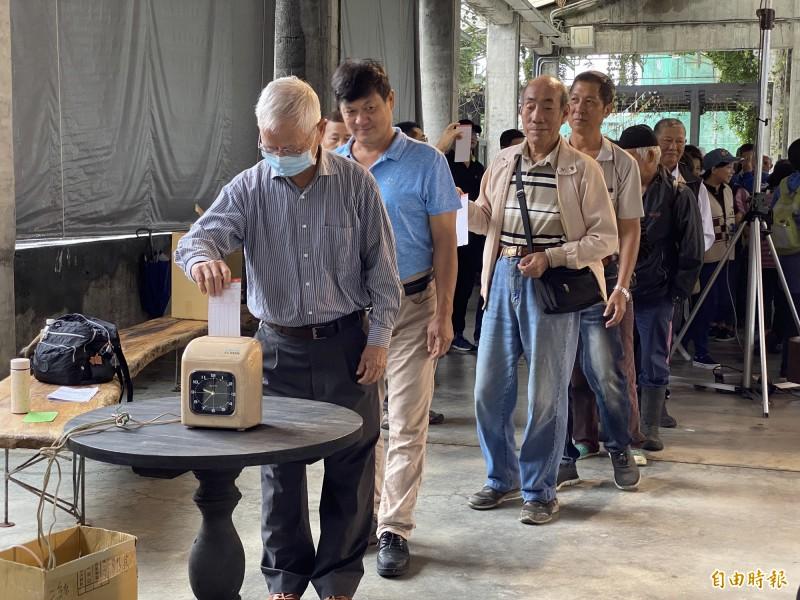 中興紙廠退休員工重溫「打卡上班」經驗。(記者蔡昀容攝)