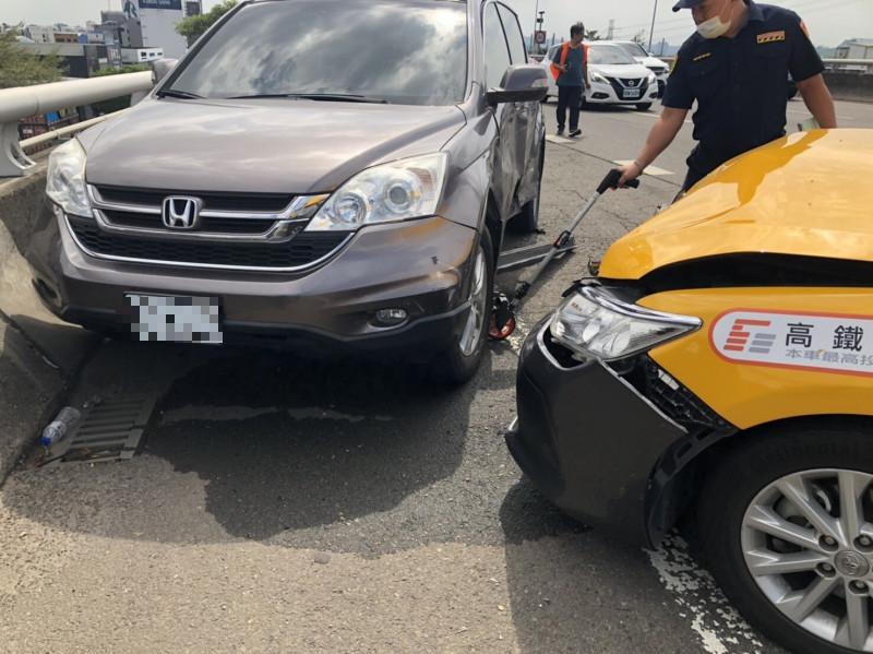 計程車又與另3輛自小客碰撞。(民眾提供)