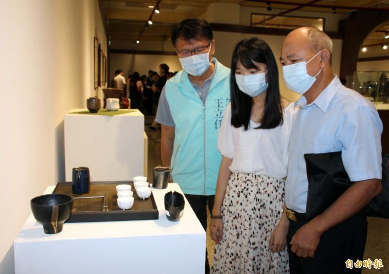 「2020疫境化藝-海線風情陶藝展」,即日起至11月8日在港區藝術中心展出,市議員王立任(左一)也來參觀。(記者歐素美攝)