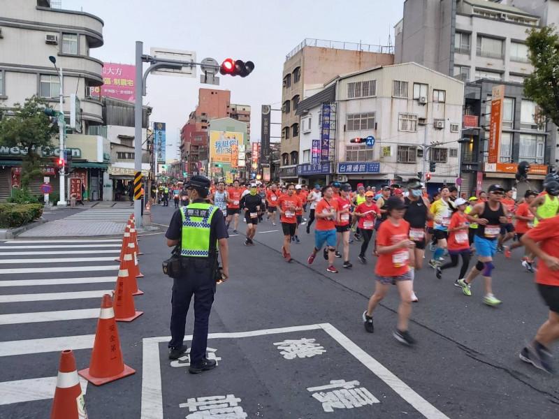 台南古都馬拉松路跑賽今天清晨在台南市區舉行,員警在比賽路線沿途都執行交管措施。(記者王俊忠翻攝)