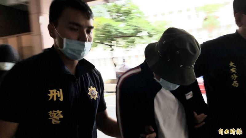 江男面對媒體詢問為何指使莫凡對「保護傘」潑屎,拒絕回答。(記者溫于德攝)