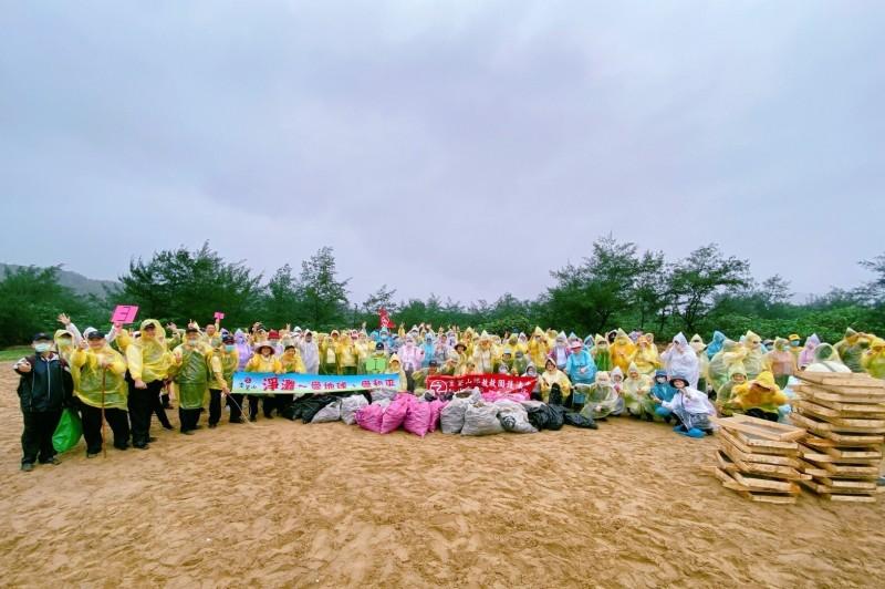 佛教團體靈鷲山新北A230多位師兄姐和20位網友,在新北市貢寮區挖子海灘展開淨灘,不到2小時清出上百公斤垃圾。(記者俞肇福翻攝)
