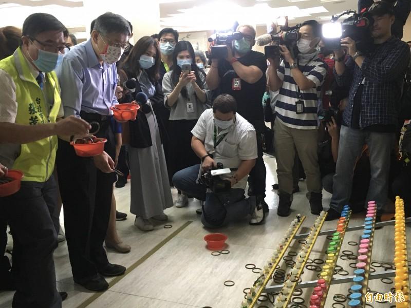 台北市長柯文哲(左2)與民進黨北市議員張茂楠(左1)2人互動密切,張茂楠更不斷讚聲做球給柯,引發關注。(記者鄭名翔攝)