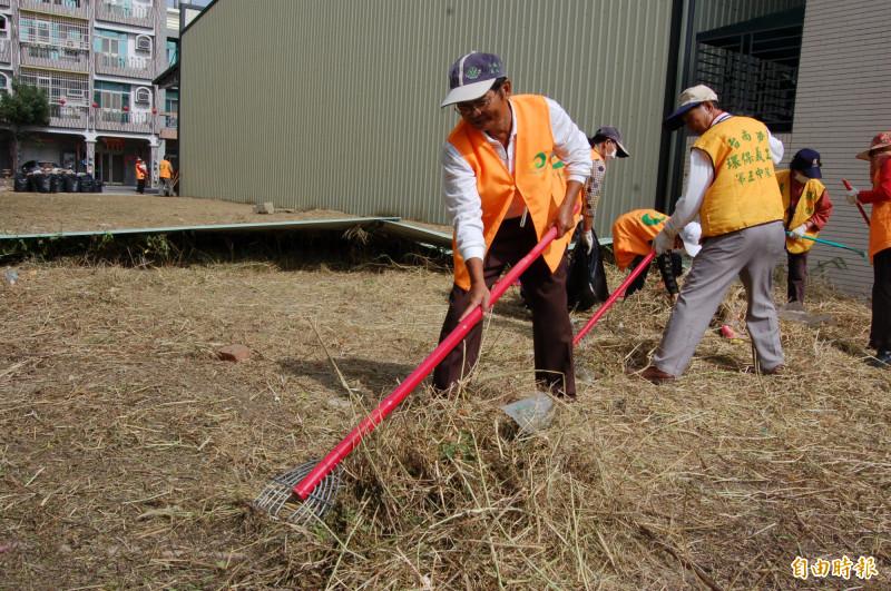 安南區環保志工隊已經成立20幾年了,抱怨資源、設備不如人,立委陳亭妃為他們抱不平。(記者蔡文居攝)