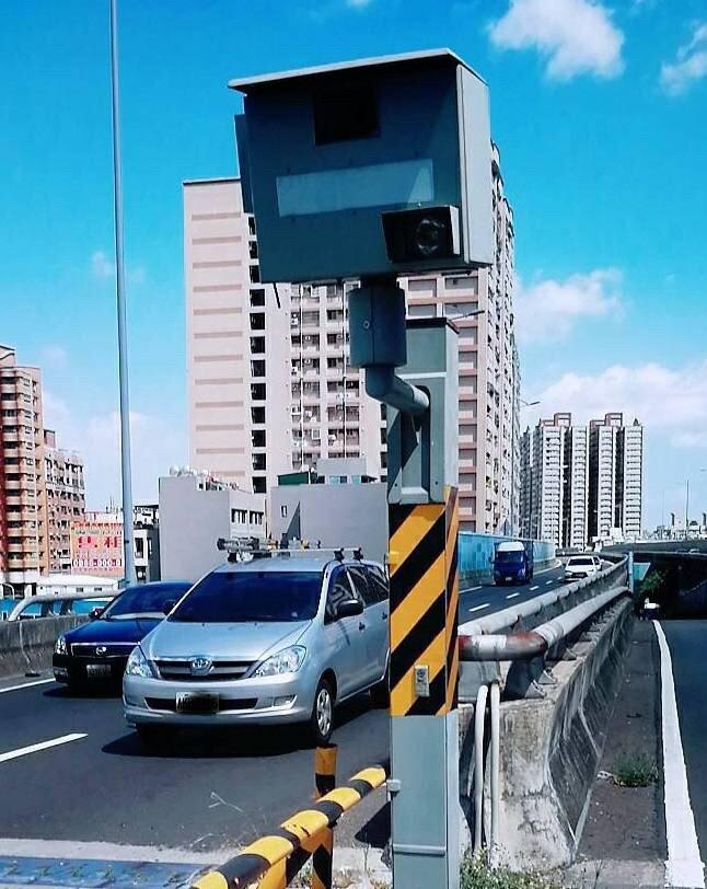 高市左營區大中二路、文川路測速照相桿奪下「桿王」,今年迄今已開出9012張罰單。(記者黃良傑翻攝)