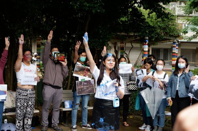 「台灣推動泰國民主聯盟」發言人那琪在身上潑灑藍色顏料,象徵與示威者同在。(「台灣推動泰國民主聯盟」提供)