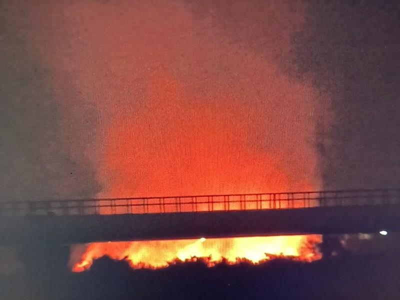 自來水公司水管橋北側大火,將天際染成紅通通。(圖:陳俊強提供)