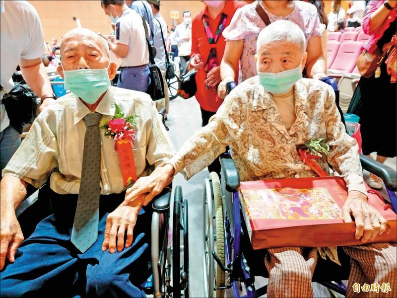 《台南》鑽石婚表揚 9旬夫妻「牽條條」