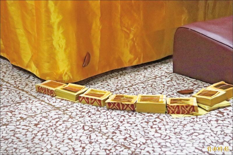 宜蘭東嶽廟 擲筊黏神桌布上