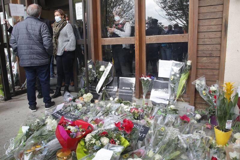 法國男老師帕第日前在課堂上向學生展示諷刺伊斯蘭先知穆罕默德的漫畫,週五慘遭斬首殺害,週六校外堆滿哀悼的花束,法國各地明天將發起多起示威集會團結對抗暴力。(美聯社)