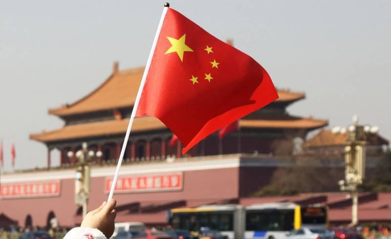 中國通過《國旗法》修正案,但有媒體在轉發新聞時更改當中的部分文字,讓中國網友集體崩潰,震碎了無數脆弱的玻璃心。(彭博)