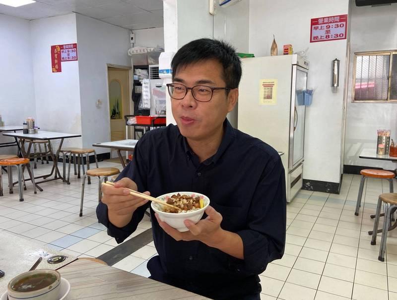 陳其邁在臉書貼出造訪鳳山肉燥飯名店照片,並向黃偉哲喊話:「高雄的肉燥飯比較好吃,台南還好而已。」(圖擷取自陳其邁臉書粉絲專頁)