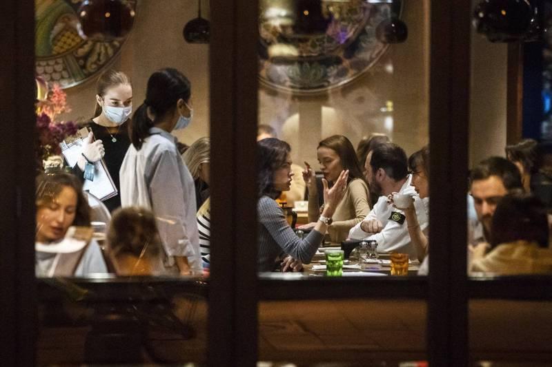 俄羅斯首都莫斯科市仍陷武漢肺炎疫情,但餐館、酒吧營業卻幾乎不受防疫措施影響。(美聯社)