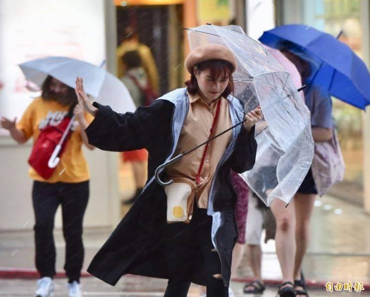 受到東北風影響,中央氣象局今日早上9時40分針對4縣市續發大雨特報,此外也針對全台13縣市發布陸上強風特報民眾出門須注意局部大雨沿海地區也得注意較大風浪。(資料照)