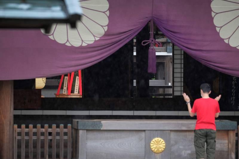 日本新任首相菅義偉雖未親赴參拜靖國神社,但供奉供品「真榊」。(法新社)