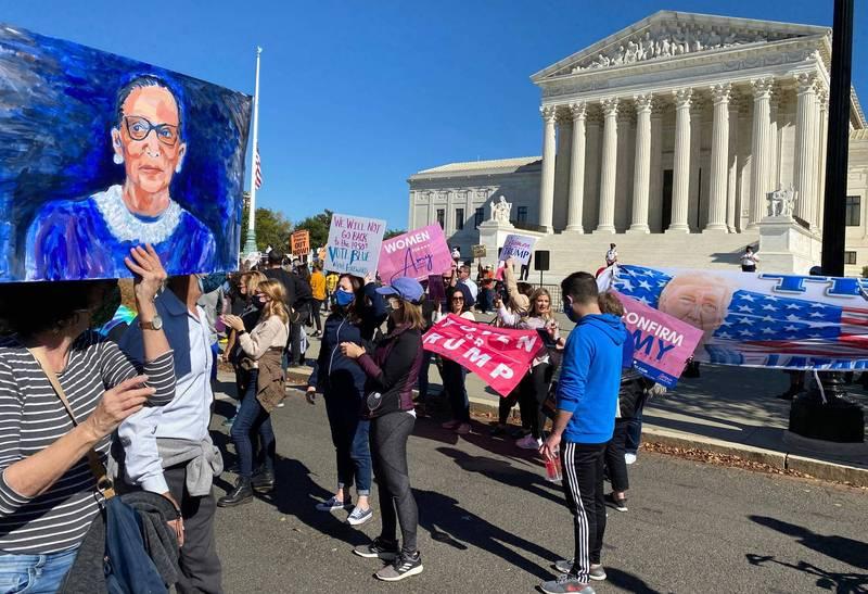 美國上萬女性17日走上街頭遊行,反對川普提名大法官巴瑞特,呼籲大眾投票。(法新社)