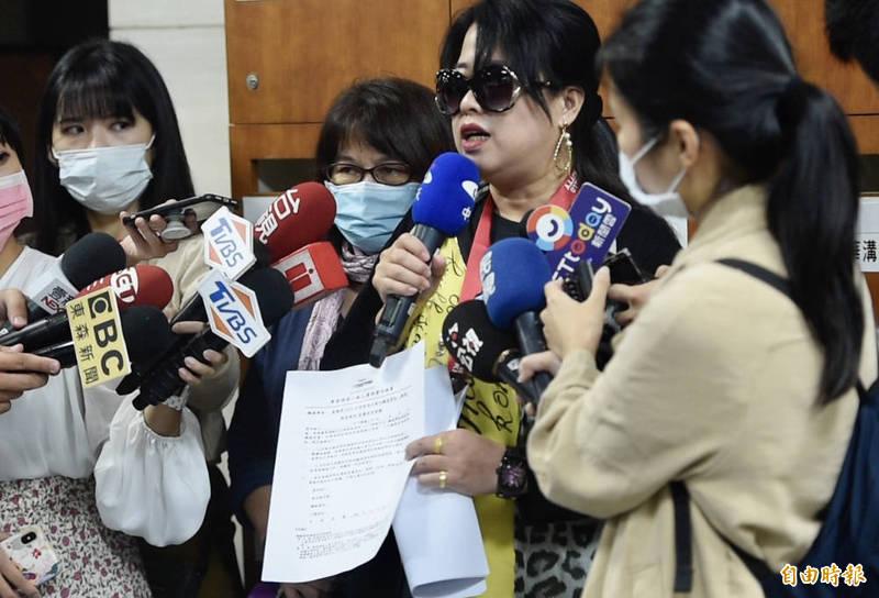 普悠瑪事故罹難者的家屬代表,今日與運安會等單位針對調查報告說明會議中,離席向媒體說明會議情形,並表示多數家屬不願簽署保密切結書。(記者叢昌瑾攝)