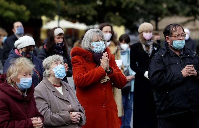 捷克民眾參加露天彌撒為疫情禱告。(路透)
