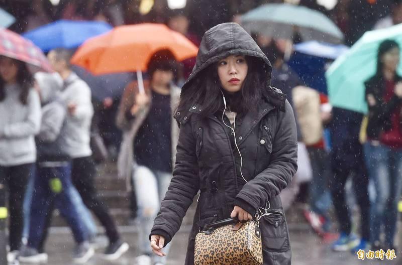 氣象局指出,下週持續受到東北風影響,各地夜間、清晨氣溫較涼。(資料照)