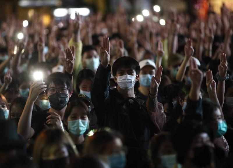 泰國反政府示威持續延燒,抗議者連續第4天不顧集會禁令,在曼谷佔領多個主要街頭。(歐新社)