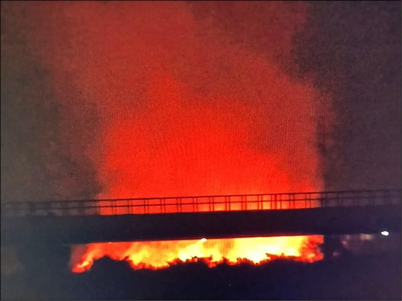 高屏溪大寮、林園區交界河床大火,將天際染成紅通通。 (陳俊強提供)