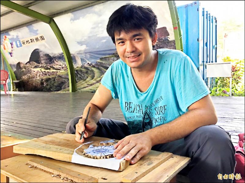 曾獲總統教育獎聽障青年李政軒在木雕師父親李介洲指導及自己苦練下,將在明年代表台灣參加第10屆國際展能節競賽。 (記者黃淑莉攝)